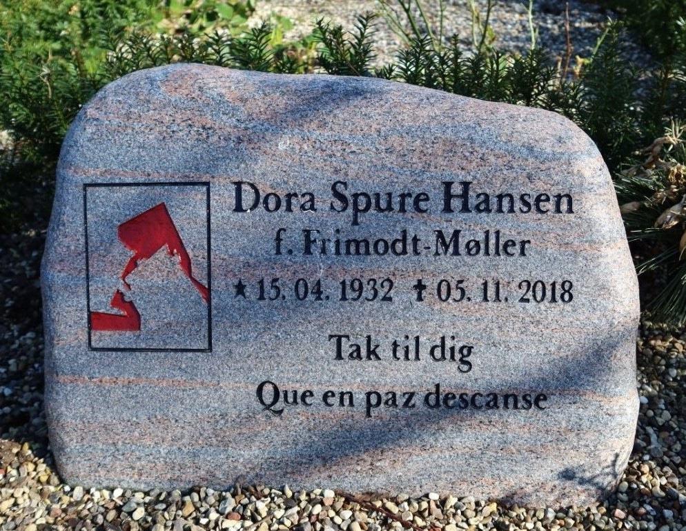 urnesten med lang inskription på kirkegård i Nordsjælland
