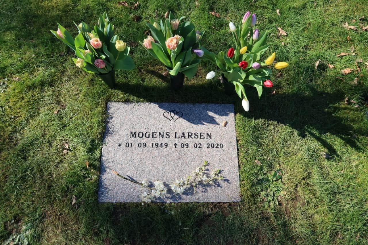 gravsten med inskription på kirkegård i Nordsjælland